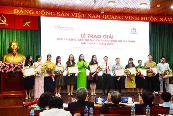 Vice Chairwoman of the municipal People's Committee, Phan Thi Thang (C) presents awards to winners. (Photo: SGGP)