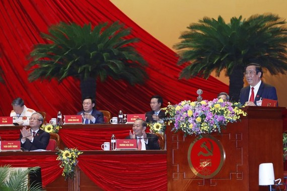 Permanent deputy head of the Organisation Commission Nguyen Thanh Binh announces the list of the members of the 13th Party Central Committee (Photo: VNA)