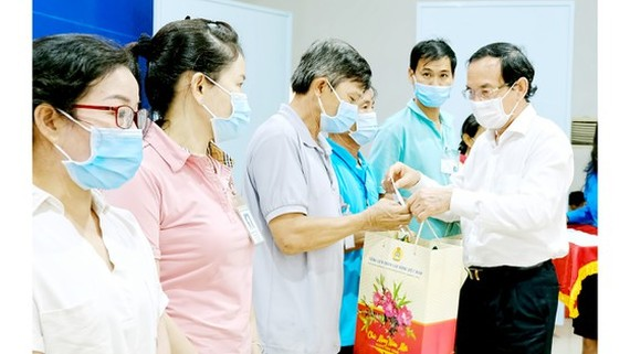 Secretary of the Party Committee of HCMC, Nguyen Van Nen offers Tet gifts to workers of the Trang Bang Industrial Park in Tay Ninh Province. (Photo: SGGP)