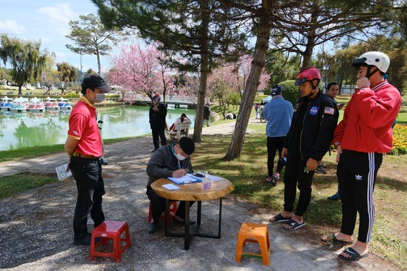 20 people are fined a total of VND40 million (US$1,700) for failing to wear face masks in Da Lat City. (Photo: SGGP)