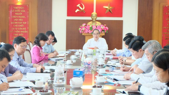Head of the HCMC Delegation of National Assembly Deputies, Nguyen Thien Nhan chairs a working session with the Thu Duc City's Party Standing Committee. (Photo: SGGP)