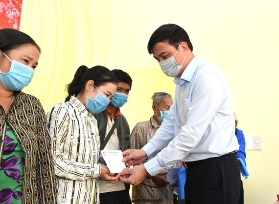Deputy Chairman of the People's Committee of HCMC, Le Hoa Binh presents Tet gifts to needy people in Dong Thap Province. (Photo: SGGP)