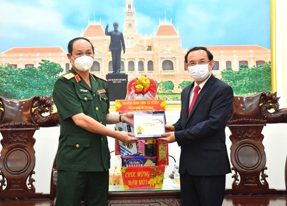 Secretary of HCMC Party Committee Nguyen Van Nen (R) extends his Tet greetings to the HCMC High Command. (Photo: SGGP)