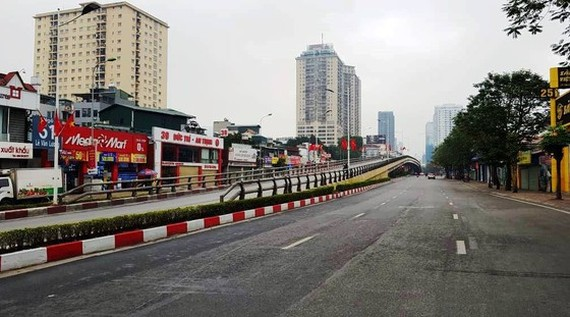 Major roads of the capital, Le Van Luong and Lang Ha which used to be crowded, are deserted.