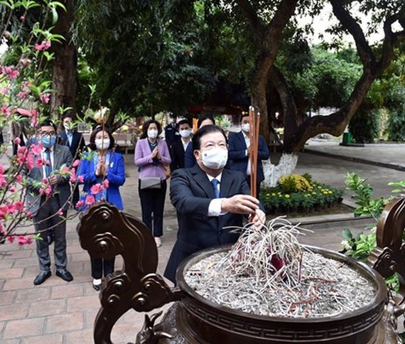 Deputy PM Trinh Dinh Dung offers incenses at Hai Ba Trung Temple in Hanoi's Me Linh District. (Photo: SGGP)