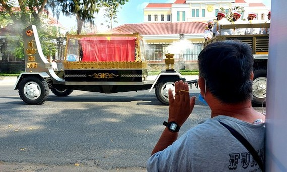 Locals stand along the street to bid him farewell. (Photo: SGGP)