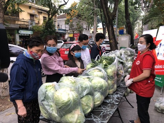 The campaign calls on domestic consumers to help farmers in Hai Duong province, who are struggling against the COVID-19 pandemic with a huge amount of unsold farm produce. (Photo:SGGP)