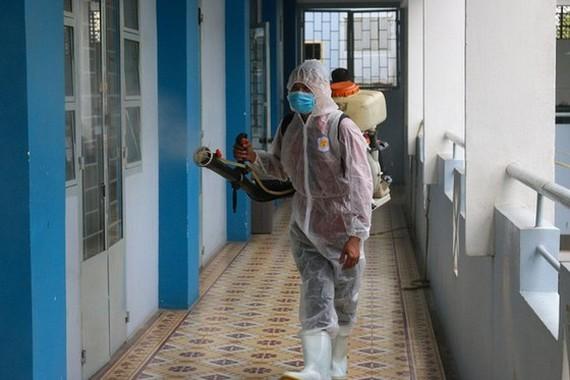 A worker is disinfecting Nguyen Du High School (Photo: SGGP)