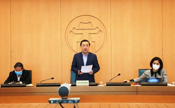 Vice chairman of the People's Committee of Hanoi, Chu Xuan Dung chairs the meeting. (Photo: SGGP)