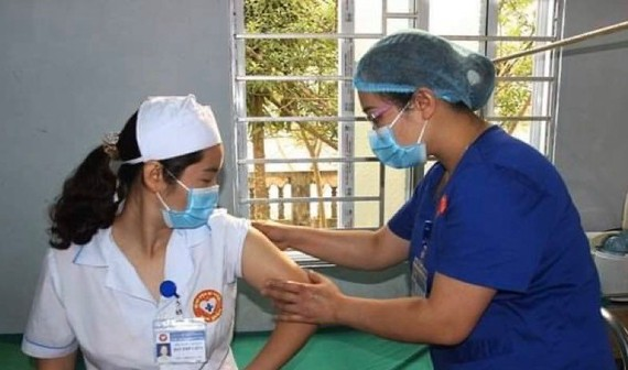 Checking post-vaccination reaction (Photo: VNA)