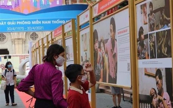 Visitors at the exhibition (Photo: VNA)