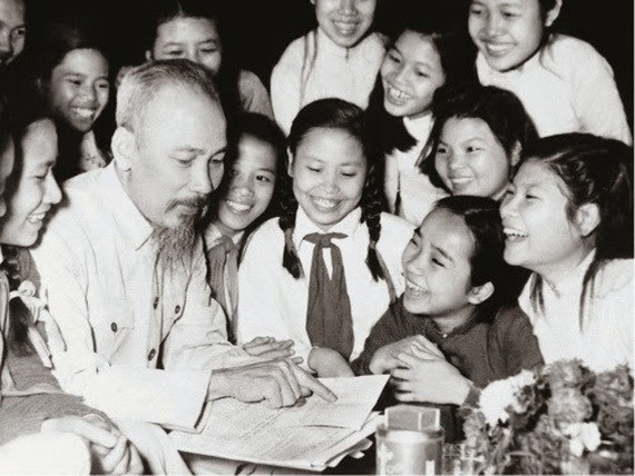 President Ho Chi Minh surrounded by children (Source: VNA)