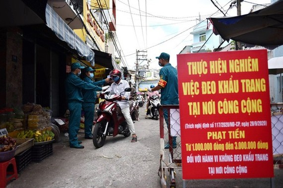 HCMC tightens control of temporary street markets, illegal selling sites