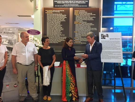 Đại sứ Argentina tại Việt Nam trao tặng Bảo tàng Chứng tích Chiến tranh kỷ vật của nhà báo Ignacio Ezcurra