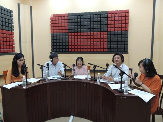 Các khách mời tham gia trao đổi về định hướng đổi mới và hội nhập của Giáo dục - Đào tạo thành phố