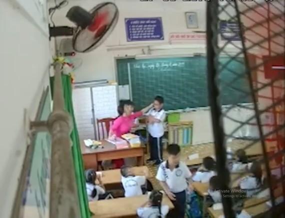 Cô giáo nhéo lỗ tai học sinh. Ảnh: cắt từ clip