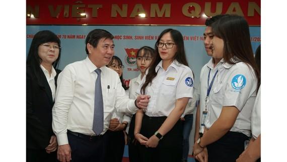 Đồng chí Nguyễn Thành Phong, Chủ tịch UBND TPHCM trò chuyện cùng học sinh, sinh viên. Ảnh: HOÀNG HÙNG