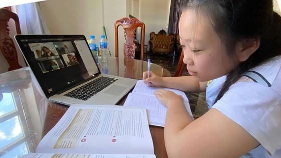 Em Phạm Thúy Hiền, học sinh Trường THCS Quang Trung đang học trực tuyến tại nhà. Ảnh: HOÀNG HÙNG