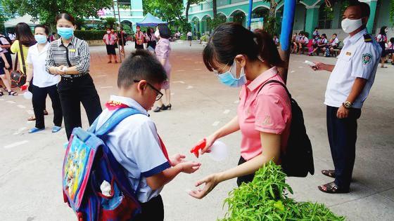 Học sinh Trường Tiểu học An Hội (quận Gò Vấp) quay lại trường vào sáng 8-5
