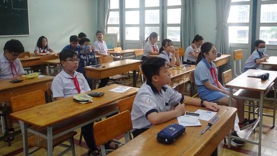 Học sinh tham gia khảo sát tại điểm thi Trường THPT chuyên Trần Đại Nghĩa vào sáng 25-7