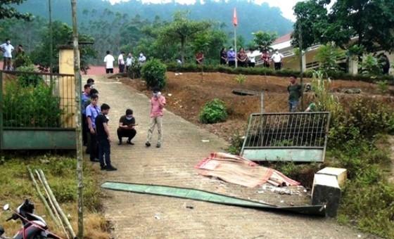Lực lượng chức năng huyện Văn Bàn, Lào Cai khám nghiệm hiện trường vụ đổ cổng trường tiểu học làm 3 học sinh thiệt mạng đầu tháng 9-2020.