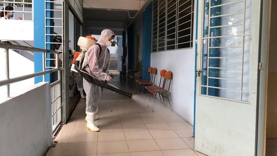 Trường THPT Nguyễn Du phun thuốc khử khuẩn lớp học sau khi dịch bệnh Covid-19 diễn biến phức tạp