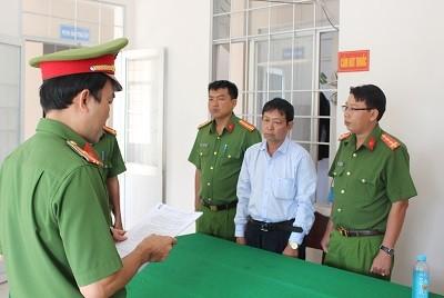 Công an tỉnh Trà Vinh đọc quyết định bắt tạm giam. Ảnh: Công an tỉnh Trà Vinh