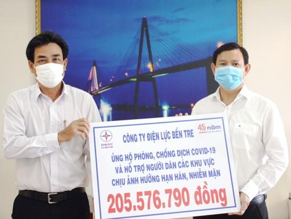 Trao tiền hỗ trợ cho người dân tỉnh Bến Tre