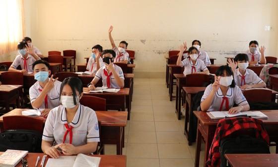 Học sinh lớp 9 Trường THCS Nguyễn Thị Minh Khai (phường 9, TP Cà Mau) phấn khởi khi trở lại lớp học sau thời gian dài nghỉ học để phòng chóng dịch Covid-19