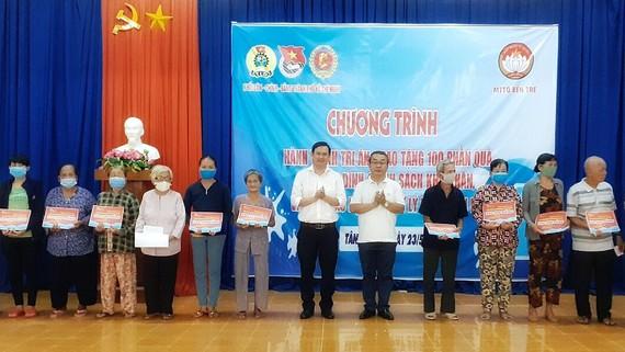 Đồng chí Võ Ngọc Quốc Thuận, Bí thư Đảng ủy Khối Dân – Chính – Đảng TPHCM tặng quà cho gia đình chính sách có hoàn cảnh khó khăn