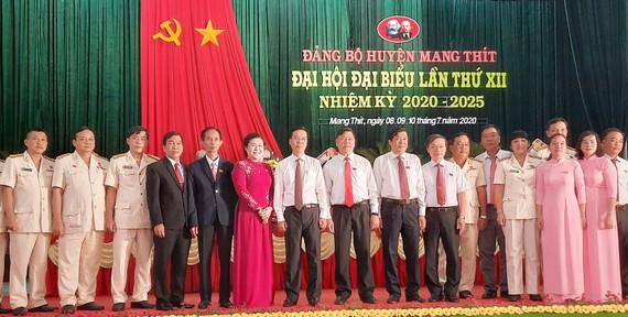 Đồng chí Võ Văn Thưởng (thứ bảy từ trái qua) dự đại hội