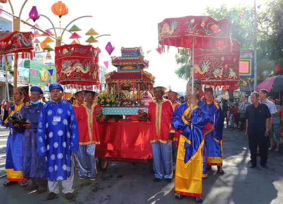 Ban Tế tự Đền thờ ông bà Đỗ Công Tường thực hiện nghi thức lễ nghinh sắc. Ảnh: TÍN HUY