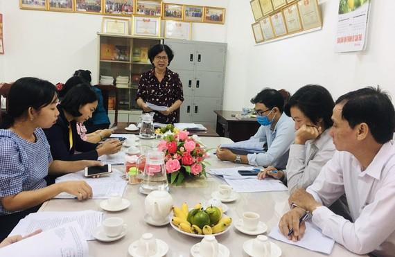 Bà Võ Thị Thanh Nga, Chủ tịch Hội NNCĐDC/DIOXIN TP Cần Thơ thông tin với báo chí về thể lệ tham dự giải, cơ cấu giải thường