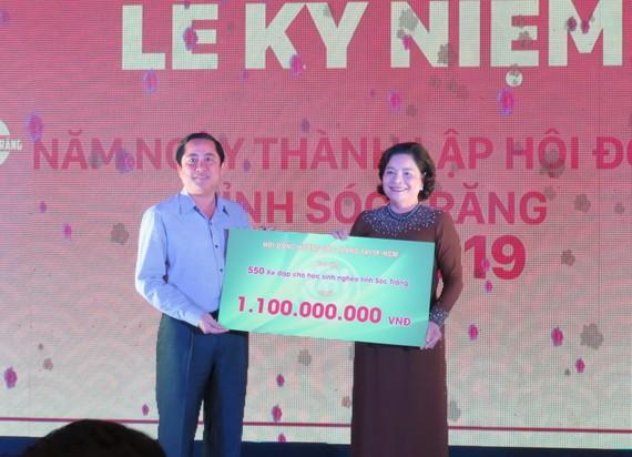 Bà Nguyễn Thị Như Thuỷ, Chủ tịch Hội Đồng hương Sóc Trăng tại TPHCM trao bảng tặng xe đạp cho học sinh nghèo