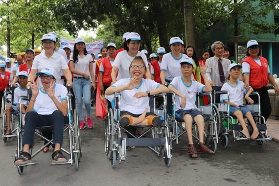Phó Bí thư Thành ủy TPHCM Võ Thị Dung cùng các nạn nhân chất độc da cam tham gia đi bộ sáng 10-8
