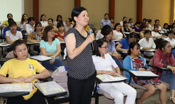 Nữ công nhân nêu ý kiến tại buổi đối thoại
