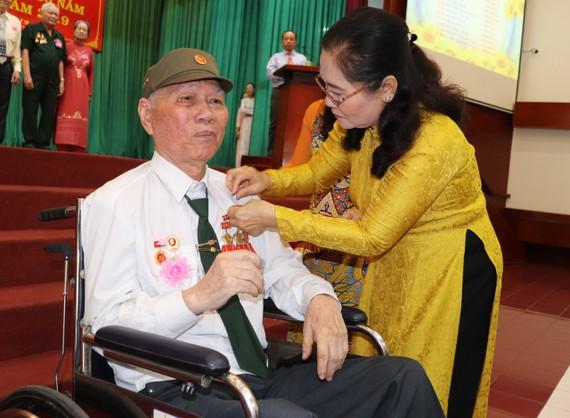 Đồng chí Nguyễn Thị Lệ, Phó Bí thư Thành ủy, Chủ tịch HĐND TPHCM trao huy hiệu 60 năm tuổi Đảng cho đảng viên Đảng bộ quận 11