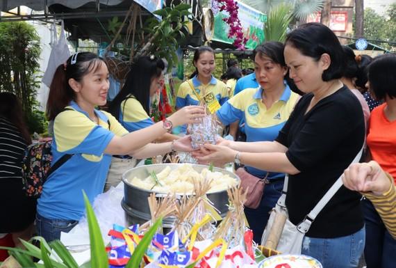 Người lao động Sawaco tham gia phiên chợ nghĩa tình