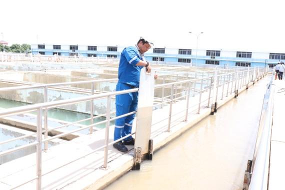 Nhân viên Nhà máy nước Tân Hiệp đóng mở van dẫn nước vào ngăn lắng