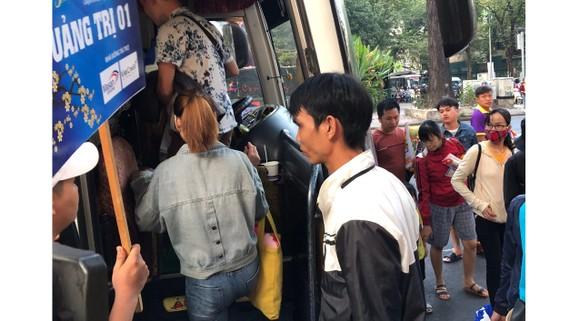 Thanh niên công nhân lên xe về quê đón tết cùng gia đình