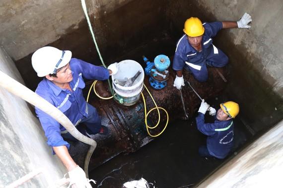 Công nhân ngành nước bảo trì đường ống