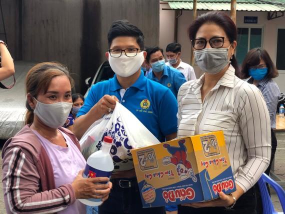 Đại diện Liên đoàn Lao động TPHCM trao quà cho người dân có hoàn cảnh khó khăn trên địa bàn quận 7