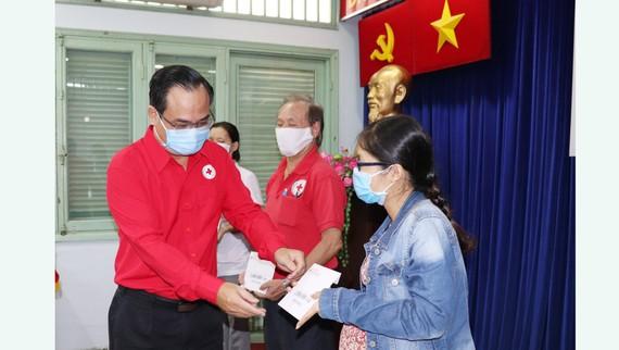 Ông Vũ Thanh Lưu, Ủy viên Đảng Đoàn, Phó Chủ tịch Trung ương Hội Chữ thập đỏ Việt Nam trao hỗ trợ người gặp khó tại TPHCM