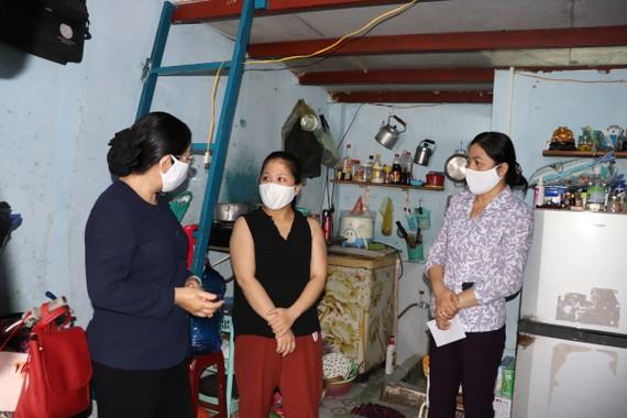 Đồng chí Võ Thị Dung, Phó Bí Thư Thành ủy TPHCM thăm phòng trọ công nhân tại quận Tân Bình