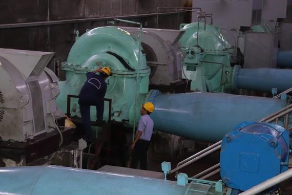 Nhân viên nhà máy nước Thủ Đức thực hiện bảo trì máy móc