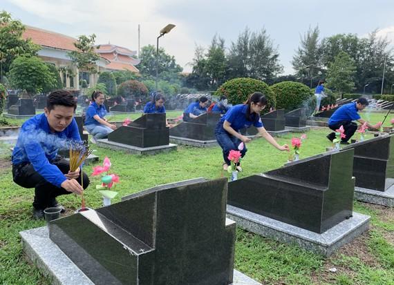 Đoàn viên thanh niên thắp hương tại nghĩa trang liệt sĩ Rừng Sác, huyện Cần Giờ, TPHCM
