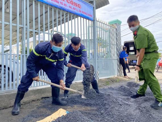 Tuổi trẻ Công an TPHCM thực hiện bê tông hóa tuyến hẻm tại huyện Bình Chánh