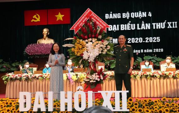 Thiếu tướng Nguyễn Văn Nam, Tư lệnh Bộ Tư lệnh TPHCM tặng hoa chúc mừng Đại hội Đảng bộ quận 4