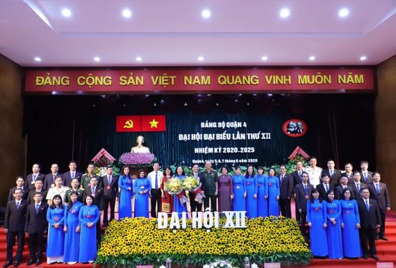 Thiếu tướng Nguyễn Văn Nam và đồng chí Tô Thị Bích Châu chúc mừng Ban chấp hành Đảng bộ quận 4 nhiệm kỳ mới
