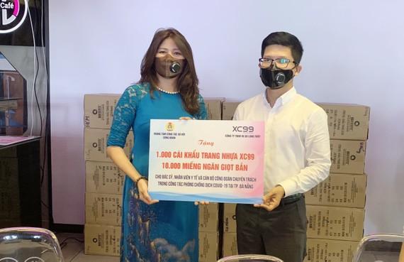Ông Nguyễn Mai Huy, Phó Giám đốc Trung tâm công tác xã hội Công đoàn TPHCM nhận khẩu trang từ Công ty TNHH Long Thủy